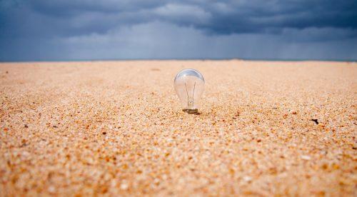 Glühbirne im Sand
